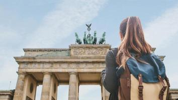 Student with backpack standing in front of the Brandenburg Gate